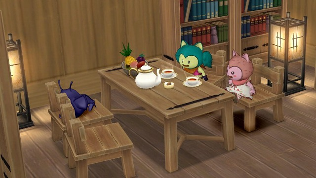 テーブルで雑談して料理を待つ3人
